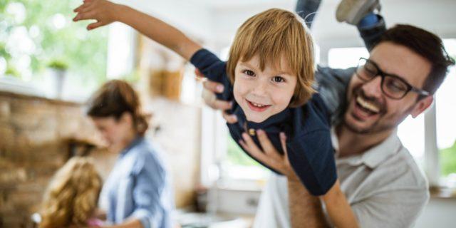 Come reagisce il cervello dei genitori ai feedback (positivi e negativi) sui figli