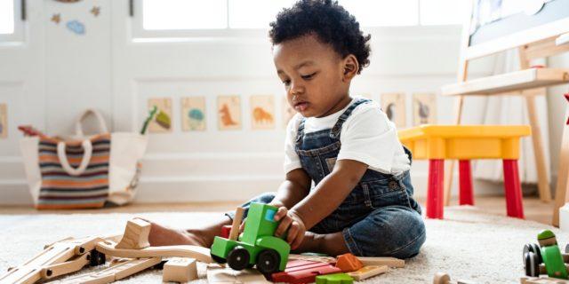 I bambini e l'importanza di giocare da soli (anche per il benessere dei genitori)