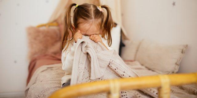 Terrori notturni, incubi e sonnambulismo: come affrontare le parasonnie nei bambini
