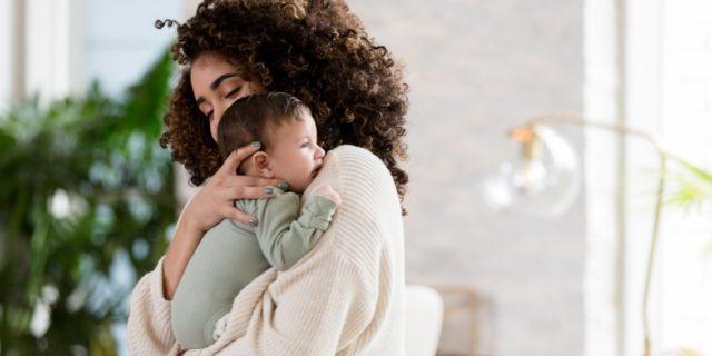 Gli abbracci materni e paterni generano l'empatia del bambino (anche da adulto)