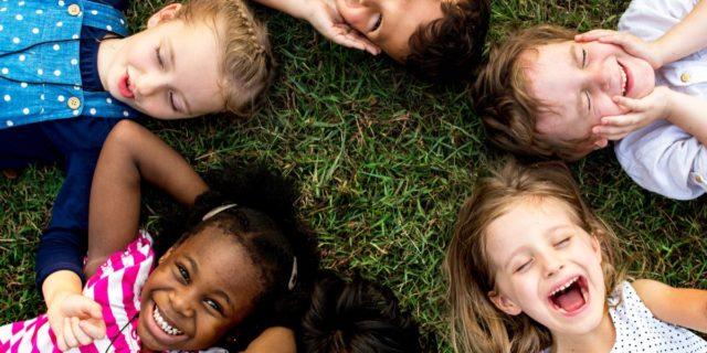 I bambini che giocano più tempo all'aperto (e sono esposti alla luce) sono più calmi