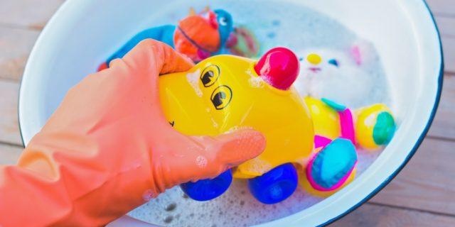 Come disinfettare i giochi? Consigli, metodi e rimedi naturali per igienizzarli