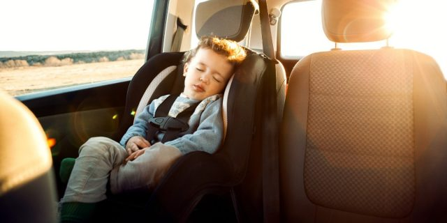 Consigli (e trucchi) per sopravvivere a un viaggio in auto con bambini piccoli