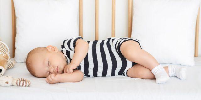 Pratici e comodi per genitori e bebé: i pagliaccetti per neonato (anche per battesimo)