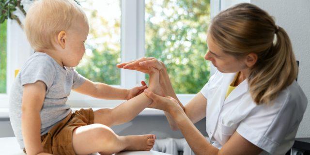 Piedi piatti nei bambini? Sono fisiologici da piccoli. Allora, quando preoccuparsi?