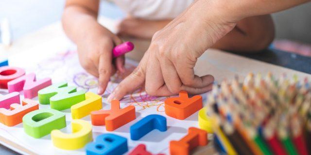 L'apprendimento precoce da bambini modella il cervello in età adulta, lo studio