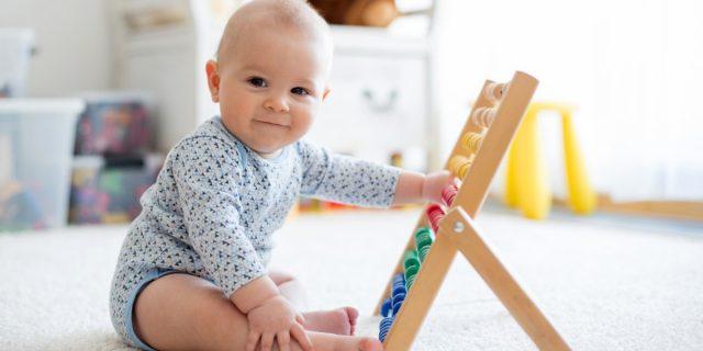 Quando il neonato inizia a stare seduto, una tappa importante dello sviluppo