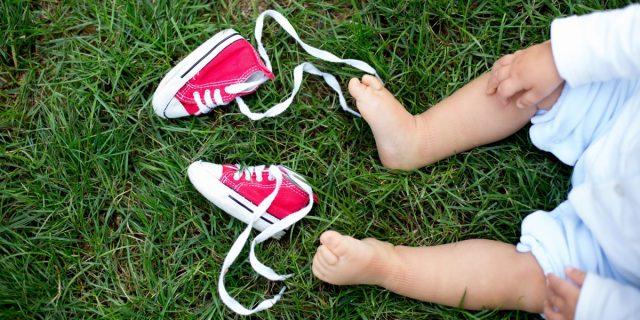Primi passi, le istruzioni per scegliere le sneakers per neonato