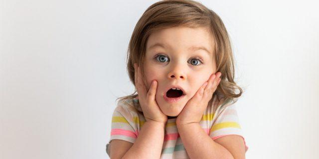 Quello che c'è da sapere sull'alito cattivo nei bambini (dalle cause ai rimedi)