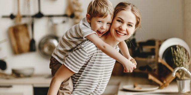 Stili educativi genitoriali, i possibili approcci (e il migliore da seguire)