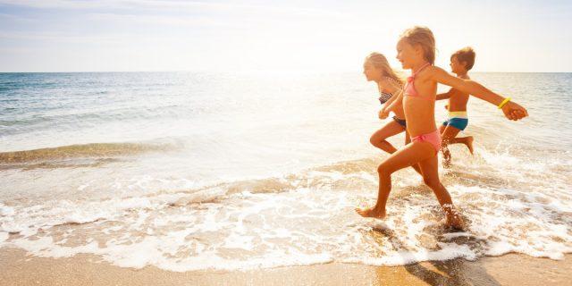 Il mare fa bene ai bambini? Ecco cosa dice la scienza sui suoi benefici
