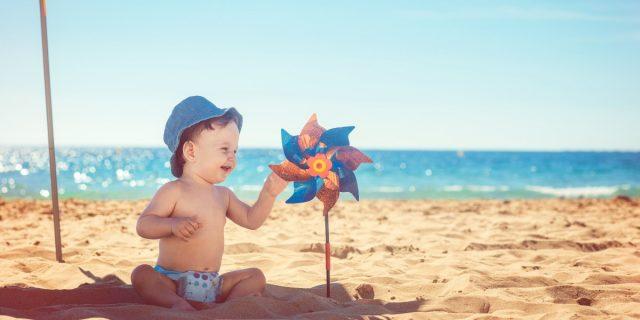 Vacanze con neonati al mare o in montagna: i consigli per proteggerli