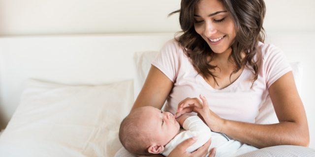 Vaccini Covid e allattamento: Pzifer e Moderna non passano nel latte materno, lo studio