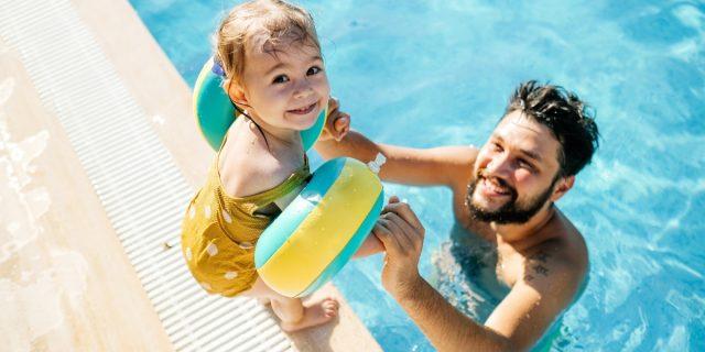 In piscina e al mare in sicurezza con i braccioli per bambini
