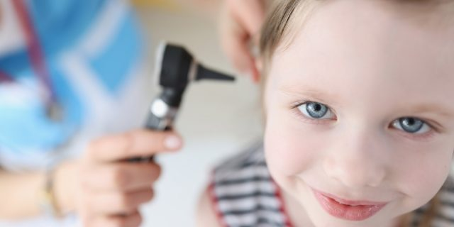 Otite estiva, quando mare o piscina sono pericolosi per l'orecchio del bambino