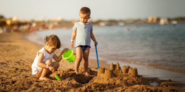 Bambini in spiaggia: come proteggerli durante le vacanze al mare