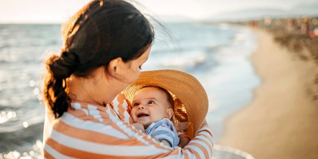 Neonati e sole, le regole d'oro da seguire per un'estate sicura