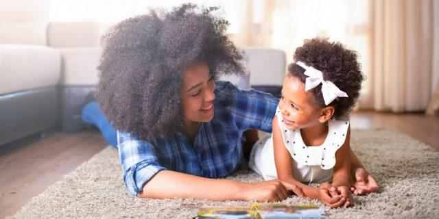 Come raccontare le storie ai bambini per aiutare lo sviluppo del pensiero critico