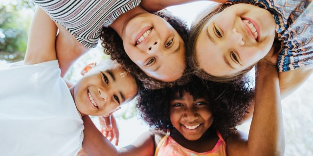 Amicizia tra bambini, perché è importante? Ne abbiamo parlato con la pedagogista