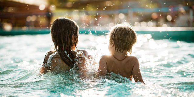 Annegamento bambini, il rischio è più alto in estate. I consigli per prevenirlo
