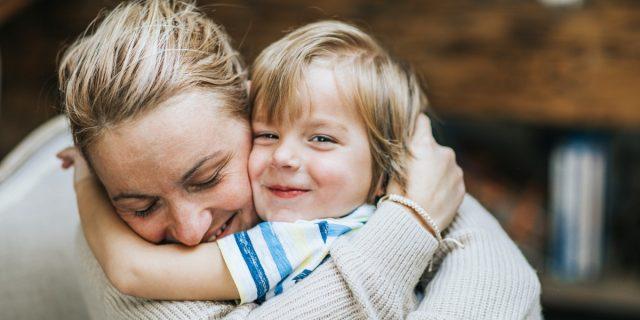Il potere dell'abbraccio: cosa percepisce il bambino dall'abbraccio del genitore