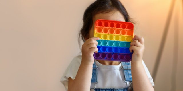 Il pop it non è solo un gioco, ecco le attività per bambini che potenziano la mente