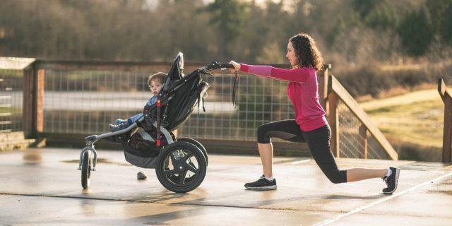 Ginnastica col passeggino e i benefici per le neomamme, ecco cosa dice l'esperta