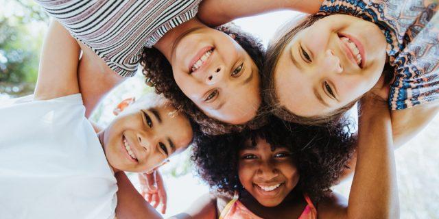 I consigli per crescere un bambino estroverso e stimolarlo correttamente