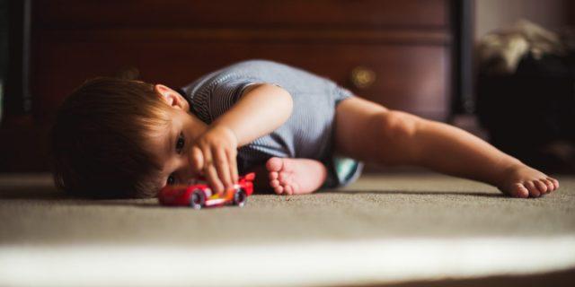 A che età i bambini iniziano a giocare da soli? Le fasi dello sviluppo 0-4 anni