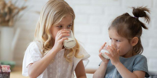 Per i bambini in età pediatrica è meglio il latte intero o parzialmente scremato?