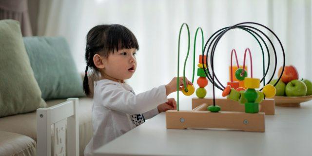Coordinazione oculo-manuale bambini, le attività per stimolarla dai 0 ai 7 anni