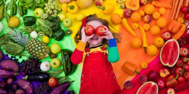 Di quanta frutta, verdura e proteine hanno bisogno i bambini? La parola agli esperti