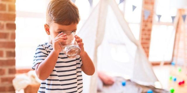 Acqua frizzante ai bambini: si può dare? Cosa sapere e a cosa fare attenzione