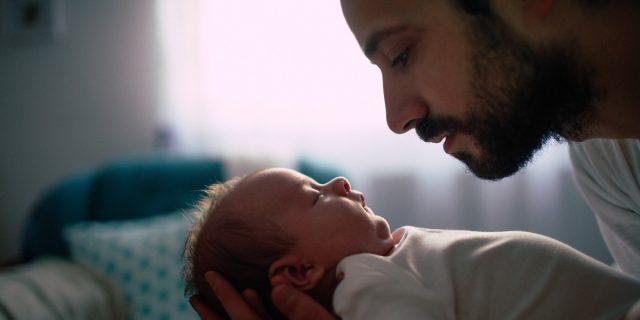 Il Family Act allunga il congedo di paternità, da 10 giorni a tre mesi per i papà