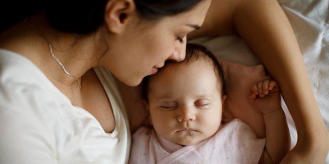 L'odore del neonato è come una droga per il cervello della mamma, lo studio