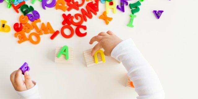 Come insegnare l'alfabeto ai bambini? 3 modi per farlo senza libri
